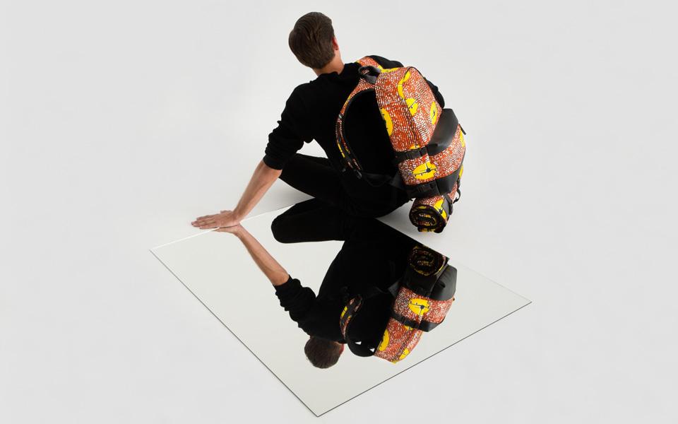 La tela Wax Hollandais de Vlisco viste las mochilas Eastpak