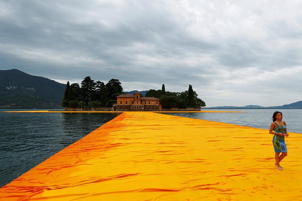 christo-walking-water-floating-piers-001 (1)