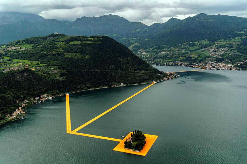 christo-walking-water-floating-piers-002