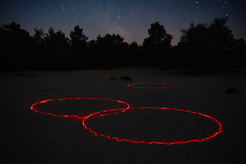nicolas-rivals-la-linea-roja-installation-nature-long-exposure-light-designboom-010