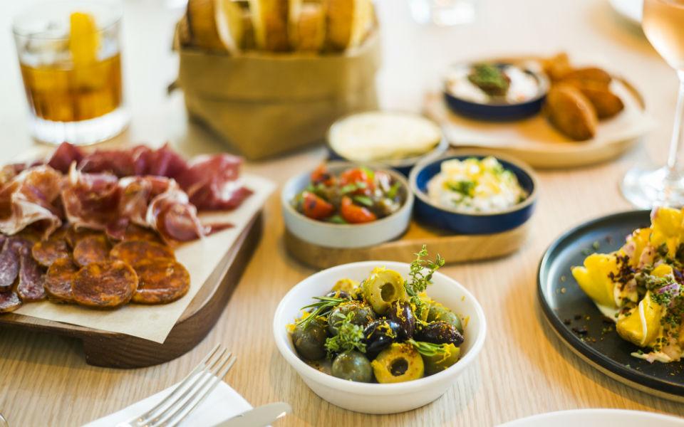 Bar Veraz_Las mejores olivas mediterráneas Selección de embutidos ibéricos y Selección de pan de masa madre